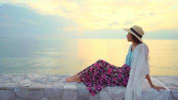 mujer feliz sonrisa en la playa mar