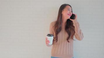 mulher usando telefone celular video