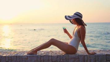 mulher sentada à beira-mar
