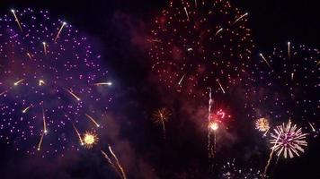 hermosos fuegos artificiales en la noche