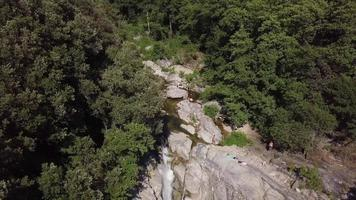 drone voando de volta revelando cachoeira e ponte