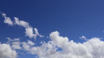 lapso de tempo de nuvens em um céu azul