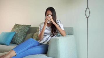 mulher relaxando no sofá