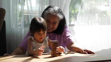 avó e neta brincando com blocos de jenga