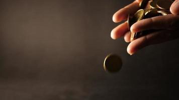 mão segurando uma grande pilha de moedas