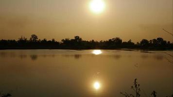 pôr do sol sobre o rio