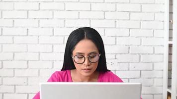 mulher que trabalha em um laptop