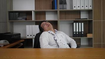 jovem empresário dorme durante o trabalho