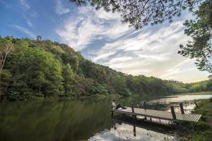 Hombre con tableta es relajarse en el lago pang ung foto