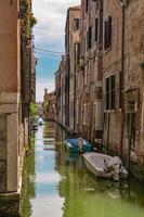 Canal de la calle con barcos en Venecia, Italia