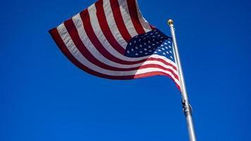 Bandera de Estados Unidos ondeando en el cielo azul