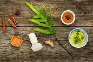 hojas frescas con ingredientes naturales de spa foto