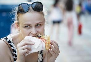 mujer joven comiendo