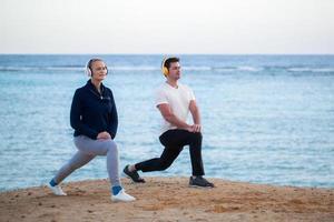 jóvenes escuchando música y haciendo ejercicio al aire libre