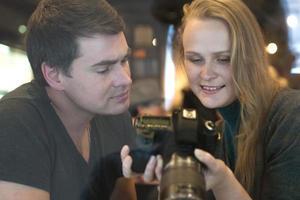 jóvenes mirando las fotos en una cámara