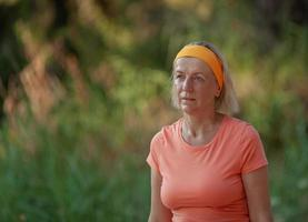 mujer madura, ejercitar, en, un, parque