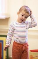 niño con expresión de desconcierto foto