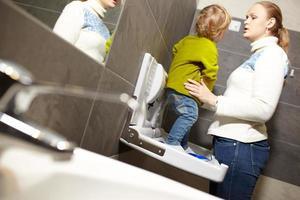 madre e hijo en el baño