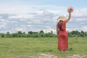 mujer joven, relajante, en, un, campo verde foto