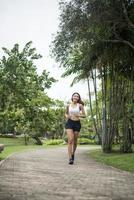 joven deportista corriendo en el parque