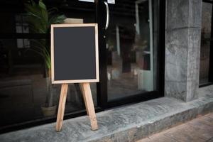 pizarra negra en blanco delante del café foto