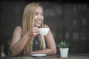 hermosa mujer en un café tomando café foto