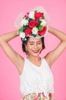 retrato de una mujer hermosa con ramo de flores foto