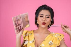 retrato, de, un, mujer, con, maquillaje, y, cosmético, cepillo