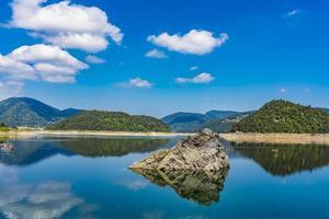 lago zaovine en serbia foto