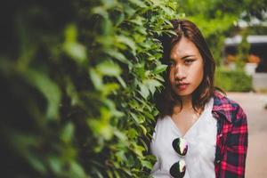 jovencita posando en el parque foto