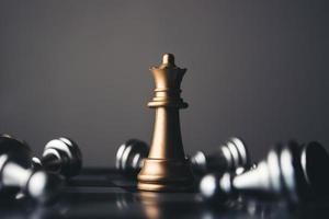 Rey y caballero de configuración de ajedrez sobre fondo oscuro