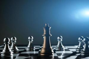 Rey y caballero de configuración de ajedrez sobre fondo oscuro foto
