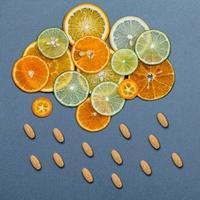 Citrus fruit slices and vitamin C pills