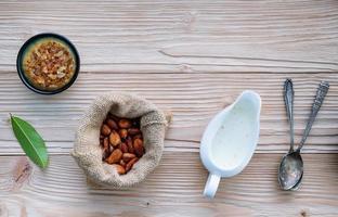 granos de cacao en un saco foto