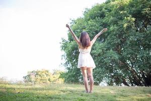 hermosa mujer afuera en el parque natural foto