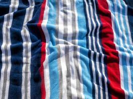 toalla de playa colorida en un día soleado