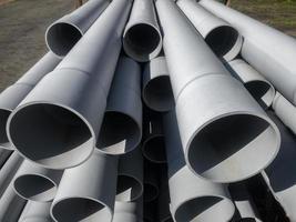 Grandes tubos apilados en un sitio en construcción foto