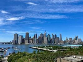 Vista de Manhattan desde Brooklyn en una mañana soleada foto