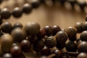 Varias cuentas de madera apiladas con un fondo bokeh
