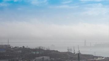 nebbia bianca sul ponte russo, vladivostok, russia