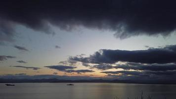 timelapse de las nubes sobre la bahía de avacha, kamchatka video