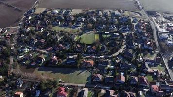 drone orbitando uma vila em um dia ensolarado de inverno em 4k