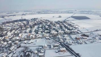 vista aérea de uma vila congelada com neve em um dia ensolarado de inverno em 4k