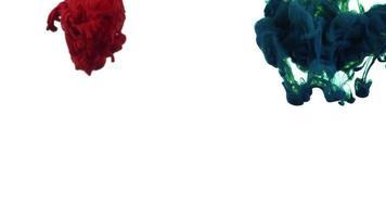 Gotas de tinta vermelhas e verdes escuras vivas se espalhando na água