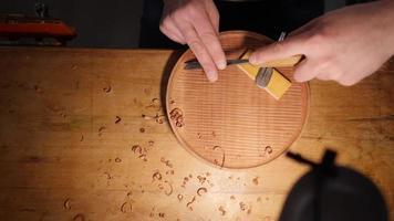 entalhador de madeira corta bandeja de mogno com um cinzel. contém som asmr