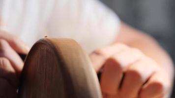 carpinteiro aplaina uma bandeja de chá de madeira com aparas. contém som asmr