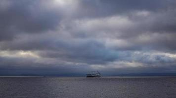Timelapse del paisaje marino con transportes acuáticos. video