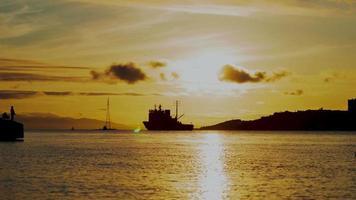 Timelapse de barcos en el mar durante la puesta de sol en vladivostok, rusia
