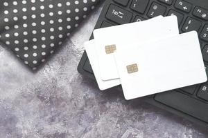 Vista de ángulo alto de tarjetas de crédito en el teclado sobre fondo negro