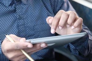 mano del hombre usando una tableta digital foto